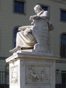 Berlin-Mitte. Denkmal Wilhelm von Humboldts vor der Humboldt-Universität (2005. Fotograf: Manfred Brückels [public domain], via Wikimedia Commons)