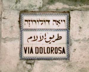 "Jerusalem, Straßenschild ""VIA DOLOROSA"" vor dem Österreichischen Hospiz (Urheber: abutoum, CC BY-SA 3.0, via Wikimedia Commons)"